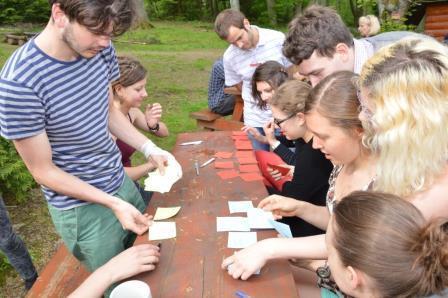 """Seminar """"Mensch auf der Flucht"""": Gruppenarbeit im Freien"""