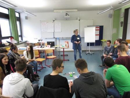 Sprachanimateurin Michaela Vaňková vom Koordinierungszentrum Deutsch-Tschechischer Jugendaustausch – Tandem in Regensburg führte die Schüler/-innen der Staatlichen Wirtschaftsschule in Landshut in die Sprache des Nachbarlandes ein.