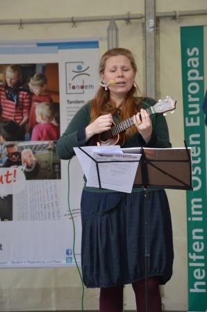 """Moderiert und musikalisch umrahmt wurde die Veranstaltung von Jana Věžníková, Sprachanimateurin und Mitglied der deutsch-tschechischen """"2 Cent Band""""."""