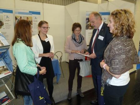 """Tandem-Juniorteamerin Xenia Vyhnalek informierte auf der Berufsbildungsmesse in Nürnberg über das Tandem-Programm """"Freiwillige Berufliche Praktika""""."""