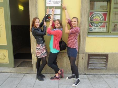 Die drei Freiwilligen am Eingang von Tandem Pilsen