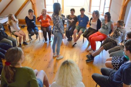 Seminarteilnehmer/-innen im Sitzkreis