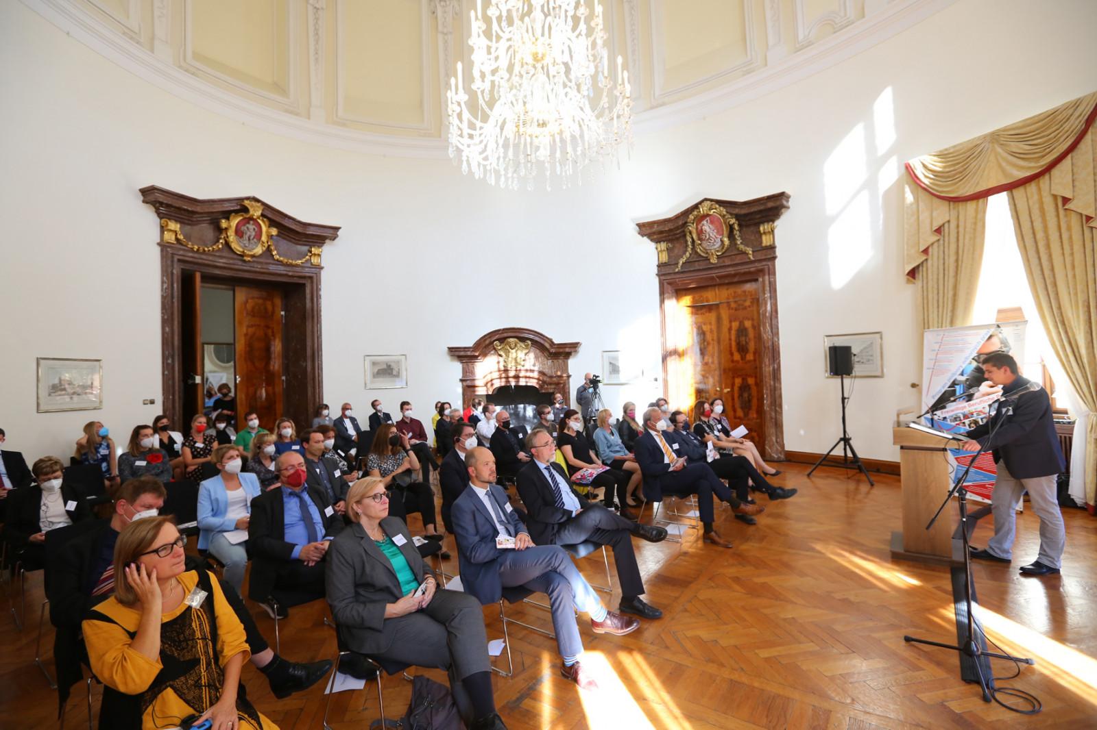 Marius Meier spricht in der Deutschen Botschaft in Prag